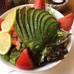 ensalada salmon a la siciliana: delicioso salmón ahumado, palta, tomate, lechuga.