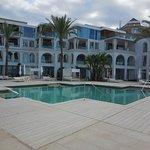 neu gestaltes Hotelgebäude und Poolbereich