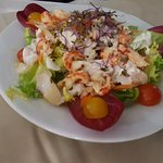 салат с белой рыбой и креветками