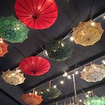 Un sitio maravilloso, me encanta la decoracion con los parasoles!
