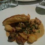 Feuilleté 'Terre & Mer' , cabillaud frit, crevettes grises, sot- l'y laisse de volaille, crème d