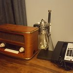 Love the retro look of the radio and lamp