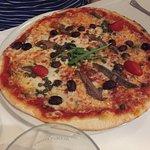 PIZZA mit Oliven und Sardellen
