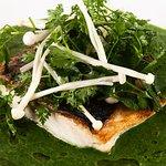 Blanc de bar de ligne à la fleur de sel d'algues-Mortes, velouté de cresson idoé et champignons