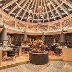 Die Bilder im Deckenkranz zeigen die lange Tradition des Hotel Edelweiss & Gurgl.