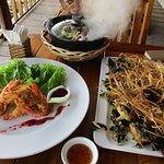 Beignets de crevettes, grenouilles à la citronelle, fondue de fruits de mer