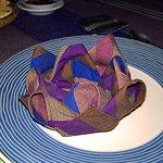 particolare del tavolo, tovagliolo a forma di loto
