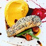 Roll de salmón, Mascarpone y sésamo sobre puré de zanahorias glaseadas y espárragos