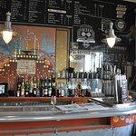 Le bar et sa mosaïque Art Déco