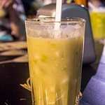 'Champús', bebida típica del suroccidente colombiano. Es una mezcla de pulpa de lulo con maíz.