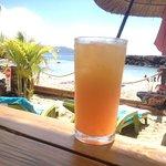 cocktail rafraîchissant avec vue paradisiaque