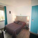 chambre quadruple 2 chambres doubles communicantes 2 télé 2 frigo 2 clim une trés grande douche
