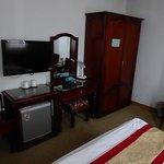 La habitación cuenta con armario, televisión, caja fuerte, etc