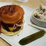 Hamburger con bacon e verdure