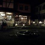Innenhof, schön beleuchtet und im Sommer sicherlich toll zum draussen sitzen.