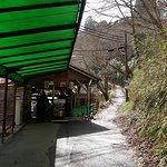 麓の乗り場と乗り場横に伸びる登山道