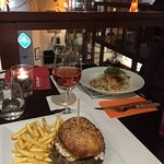 Delicious linguine pasta and Manhattan burger. Amazing food both evenings and very pleasant & fr