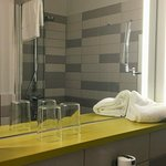 Im Bad mit begehbarer Dusche ist genügend Platz für alles, was man dort ablegen möchte.