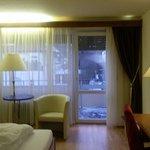 Comfortzimmer mit Sitzecke und Schreibtisch, Blick zum Balkon