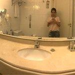Baño cómodo. Secadora muy buena. Tienes que cerrar la puerta siempre porque la bulla de los auto