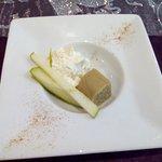 Mise en bouche de foie gras, pomme granny smith et chantilly.