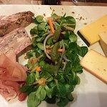 Planche de fromages et charcuterie accompagnée de frites fraîches