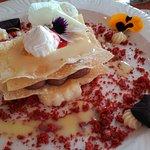 Milhojas de trufa y crema y frutos rojos. Deliciosas y suaves
