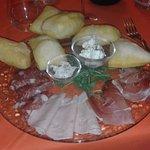 Piatto di Gnocchi fritti con affettati e salsine