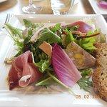 Salade jambon de parme, foie gras, pâté au canard
