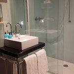 Superbe salle de bain ! Grande douche à l'italienne. Nickel, propre !