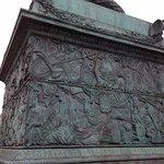 Une des quatre faces de la base de la colonne