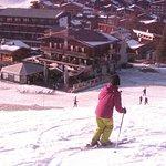 Ski au pied: descender jusqu'à l'espace de stockage des skis de l'hôtel (au milieu du photo)