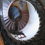 El museo está en una antigua casona. Aquí las escaleras.