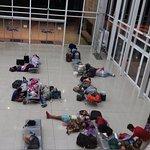 gente durmiendo en el primer piso de la terminal mientras las oficinas de turismo permanecen cer