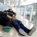 Filas de gente durmiendo en el primer piso de la terminal