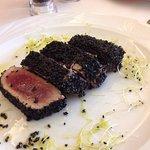 Tunfisch im geröstetem schwarzen Sesammantel und die Vorspeise.