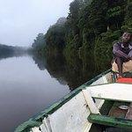 Onze gids bracht ons bij zonsopgang naar de rivier waar we de zon zagen opkomen boven het oerwou
