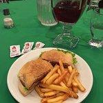 Cena, hamburguesa de pollo con salsa chipotle.