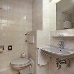 Bad eines der Zimmer im Ramada Hotel Hockenheim