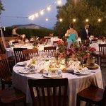 Mesas preparadas en la terraza de Verano para la Celebración de Boda