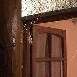 La lámpara que iluminaba la entrada de la habitación en la que estábamos... detalles.... que no