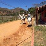 Dá pra ir a cavalo =)!