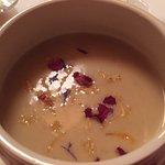 Gorgonzolacremesuppe mit Blüten