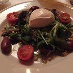 Büffelmozzarella auf Salat