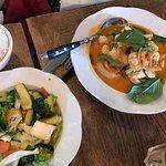 Poulet au curry rouge, légumes cuits au wok
