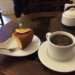 Café americano y cake de naranja