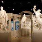다양한 문화권의 주요 조각상들을 전시 해 두었다