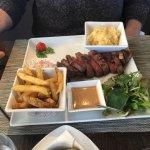 Magret de canard, frites maison, purée maison et sauce poivre maison