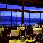 Nuestro restaurante con una hermosa vista al lago.