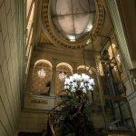 Escaleras de subida al hotel, que se encuentra en la primera planta. Dispone de ascensor